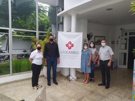 Na foto, Jocimar, Sandra e Janete, juntamente com a Administração do Hospital São Camilo